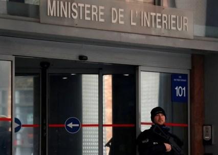 Un policía francés monta guardia frente a la entrada de la policía Judicial en Nanterre, cerca de París. / REUTERS