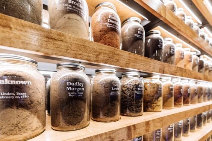 Cientos de jarrones contiene la tierra de los sitios donde se produjeron los linchamientos./ Audra Melton/ The New York Times