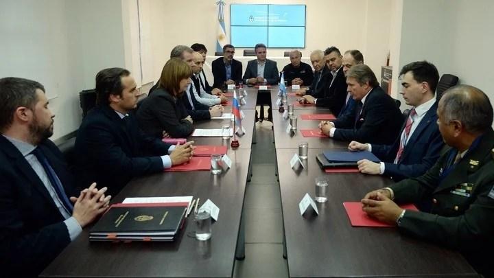 La reunión en el Ministerio de Seguridad donde Bullrich entregó la lista de 3 mil barras prohibidos.