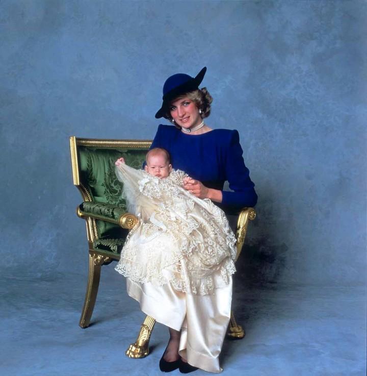 Harry, de tres meses con su mamá, la princesa Diana en 1984. (AP)