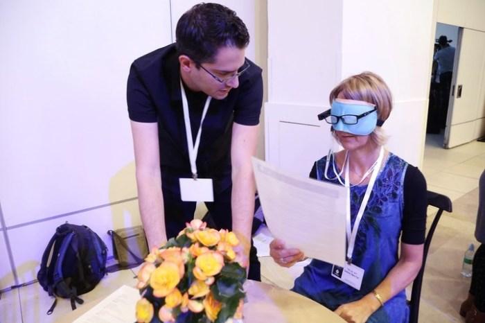 Anteojos Orcam para ciegos que a través de un pequeño ordenador proporcionan un completo sistema de lectura por traducción oral.