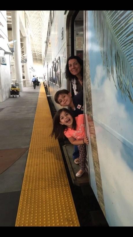 """Verónica, Diego y Mía. En Miami. """"Es la foto con la que me gusta recordarlos, felices, en paz, antes de un viaje en tren"""", dice Gilberto."""