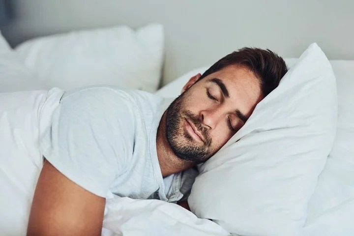 Dormir del lado izquierdo es mejor para la circulación y la digestión entre otros beneficios
