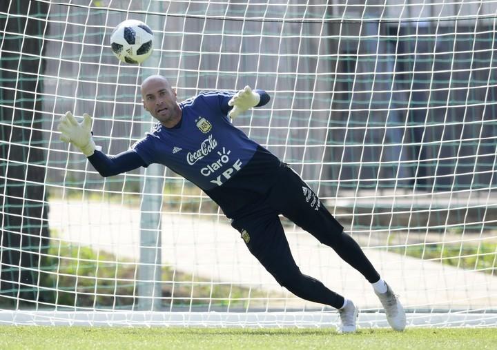 Wilfredo Caballero, el mejor en la práctica de penales de la Selección. (AFP PHOTO / JUAN MABROMATA)