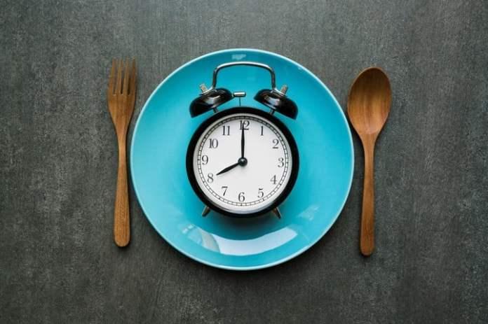 La mayoría de los estudios sobre cáncer y alimentación se enfocan en los alimentos y no en el horario de las comidas.   Asocian cenar temprano con un menor riesgo de sufrir cancer de mama y prostata salud alimentacion nutricion