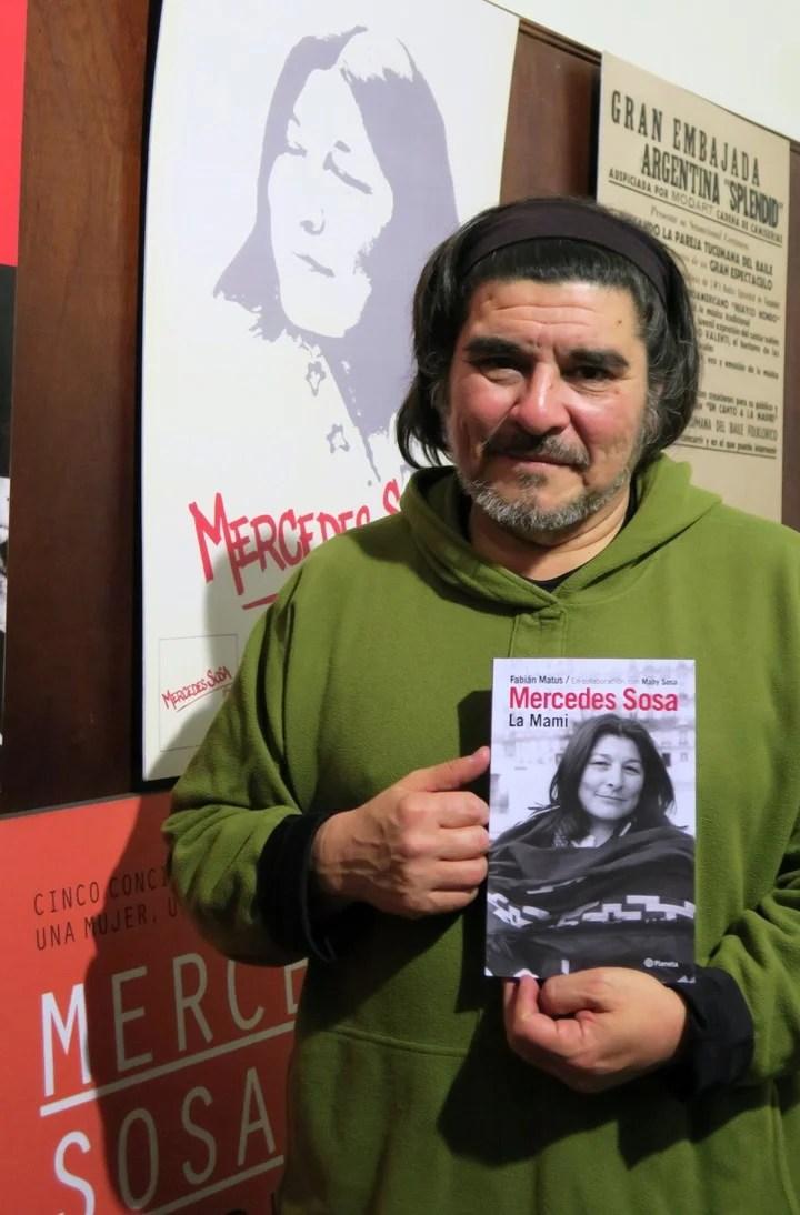 Con el libro que publicó en memoria de su madre. (EFE)