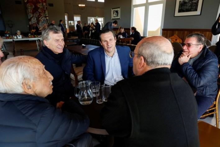 En su paso por Dolores, Macri se reunió con vecinos de esa localidad. (Presidencia)