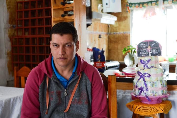 Eduardo Soria (35), en su casa de Glew, donde recibió a Clarín. (Andrés D'Elía)