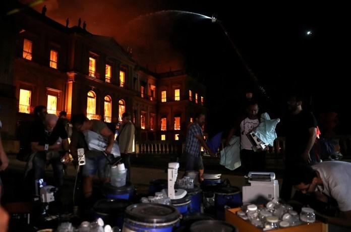 Empleados rescatan artículos y obras durante el incendio del Museo Nacional de Brasil.