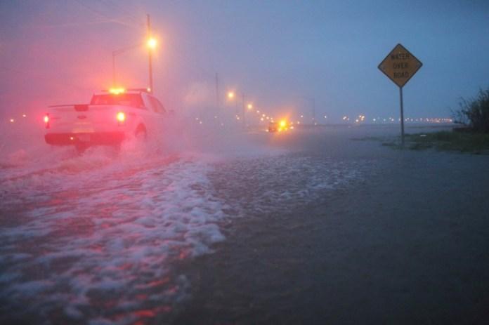 Camiones avanzan por calles inundas en Alabama, tras el paso de Gordon. / AP