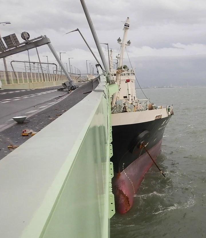 Un barco chocó con un puente cercano al aeropuerto Kansai como consecuencia de los fuertes vientos. (Foto: EFE)