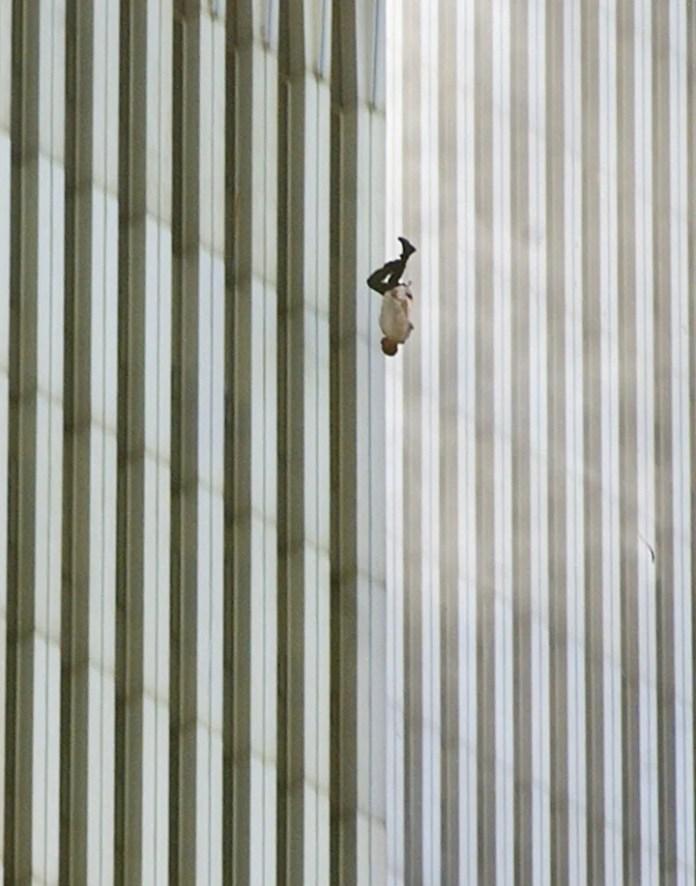 Richard Drew llegó en metro al World Trade Center y se ubicó junto a la Torre Norte, donde tomó la secuencia del hombre cayendo. (Richard Drew/Archivo AP)