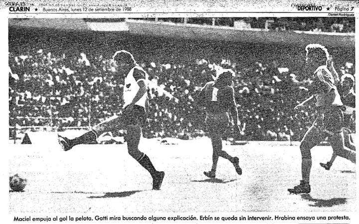 Gatti ya cometió el error y Maciel marca el 1-0. Armenio ganó 1-0 en La Bombonera y fue la despedida impensada del Loco.
