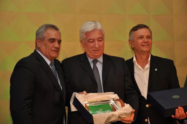 Collomb recibió un reconocimiento de parte de las autoridades de Coninagro por su apoyo al Congreso Internacional de Cooperativismo Agroindustrial (Fotos Grupalli)