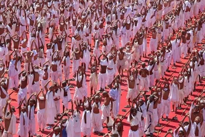 Estudiantes vestidos como Gandhi realizan una clase de yoga conmemorando el 150 aniversario de su nacimiento. REUTERS/P. Ravikumar