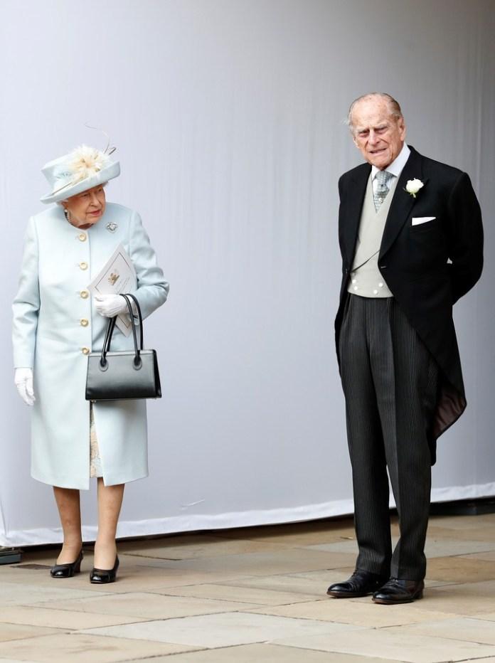 La reina Isabel y el príncipe Felipe. El abuelo de la novia no se habla con su ex nuera (AP)