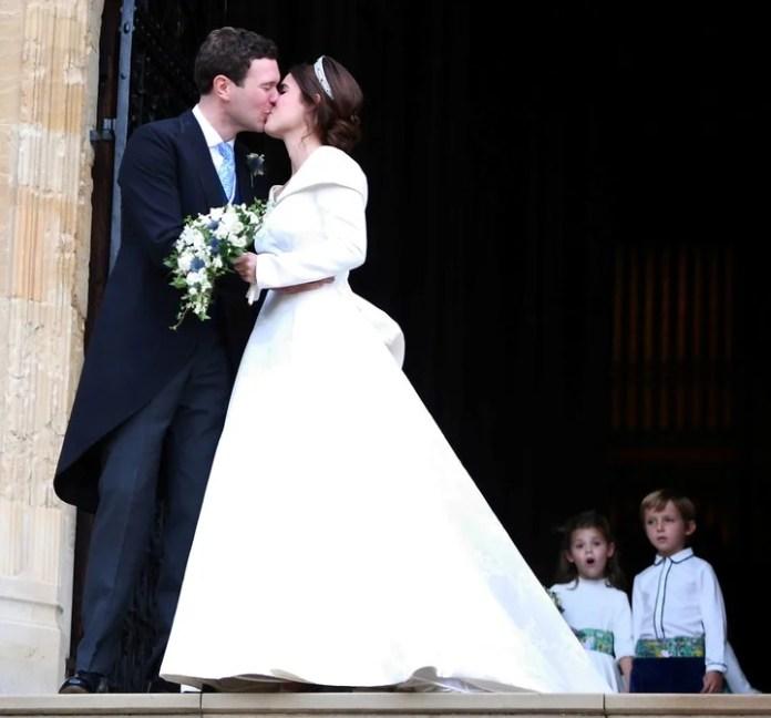 Eugenia besa a su marido antes de iniciar el cortejo (Reuters)