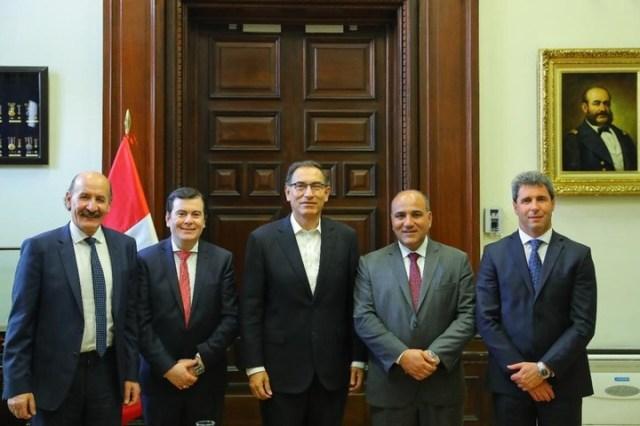 Los gobernadores Sergio Uñac, Gerardo Zamora y Juan Manzur junto al presidente de Perú Martín Vizcarra y el embajador Yoma, este lunes en Lima. El sanjuanino no participó de la reunión de este martes con otros mandatarios opositores.