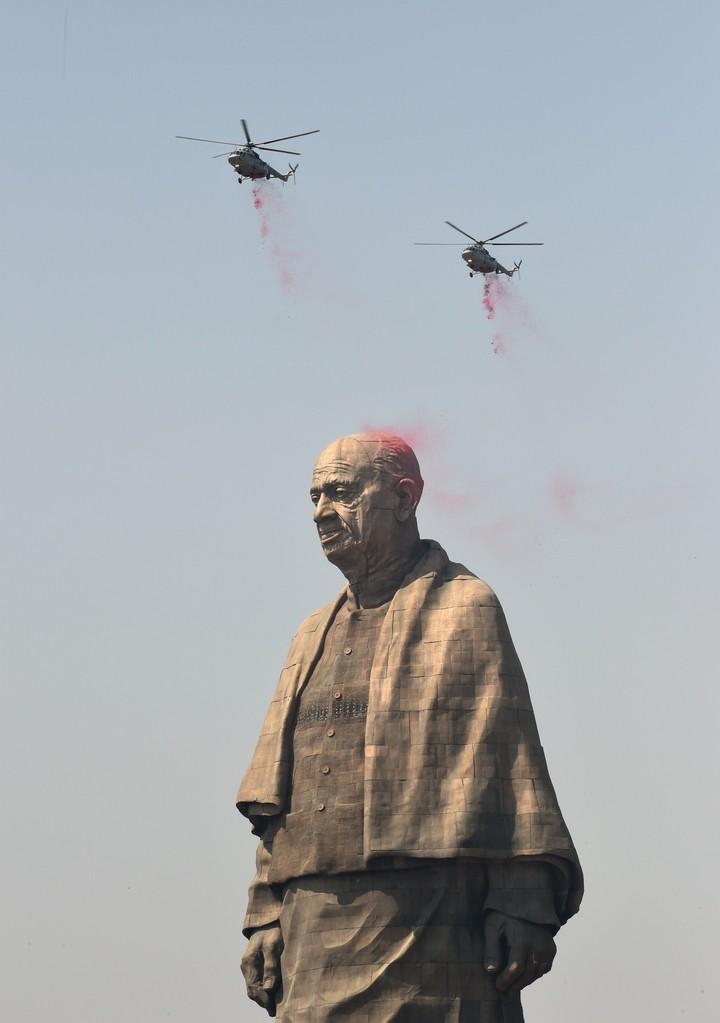 Helicópteros de la fuerza aérea arrojan una lluvia de pÉtalos sobre la estatua. /AFP