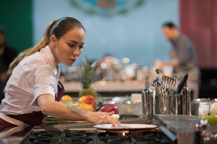 """""""Todo el mundo a la mesa"""" es el nuevo reality de cocina de Netflix, donde compiten 24 de los mejores chefs del mundo."""