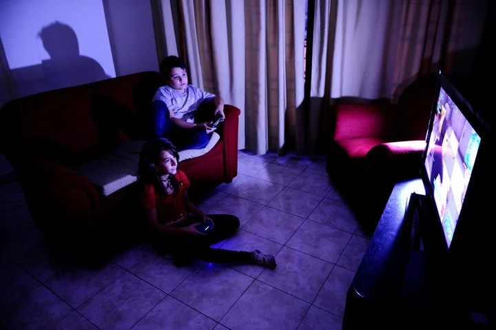 La idea es que en un futuro, además de la consola y la computadora, se puede jugar directo desde el televisor y el celular. FOTO JUANO TESONE