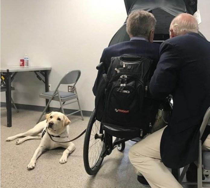 Sully tiene su propia página en Instagram. Aquí acompaña al ex presidente a votar junto al secretario James Baker./ Instagram @sullyhwbush
