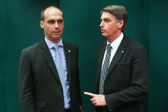 Jair Bolsonaro junto a su hijo Eduardo.