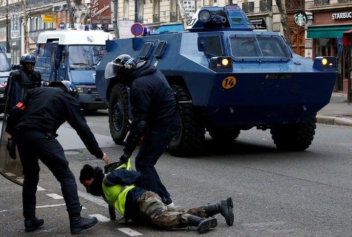 """Un """"chaleco amarillo"""" detenido. (Reuters)"""