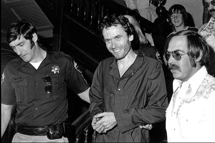 El asesino Ted Bundy (centro, esposado) es el protagonista de este documental. Foto/ Archivo