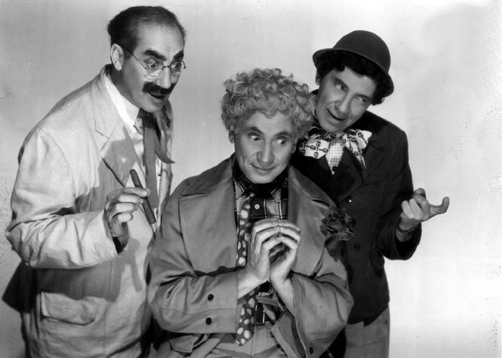 Los Hermanos Marx, con Harpo, el mudo del grupo, en el centro.