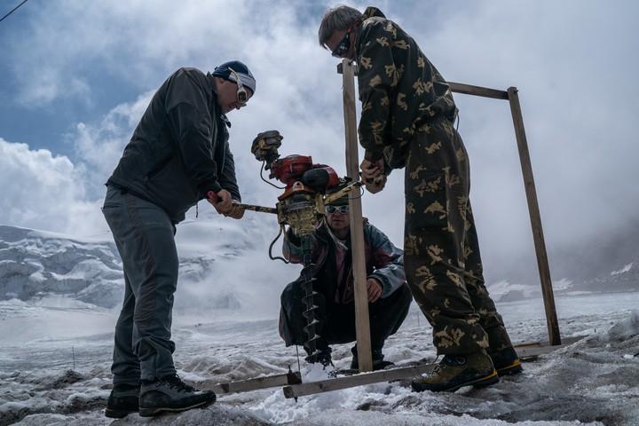 Los glaciares representan la nieve de siglos, comprimida en ríos de hielo. Instalando postes de medición en Tuyuksu. (Ben C. Solomon/The New York Times).