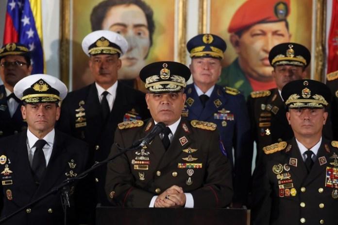 """El ministro de Defensa, Vladimir Padrino López (cen), ofreció una rueda de prensa este jueves, en Caracas (Venezuela). Padrino rechazó la autoproclamación del líder del Parlamento, Juan Guaidó, como """"presidente encargado"""" del país, y consideró que este hecho como un """"evento reprochable"""" que acarrea una alta peligrosidad (EFE)."""