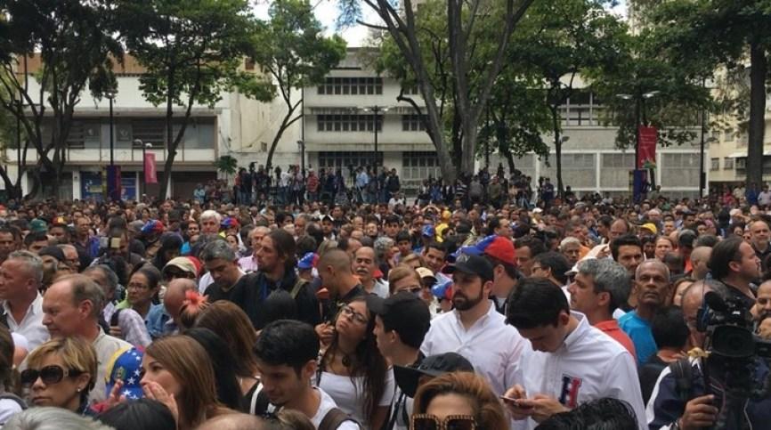 La gente aguarda la llegada de Juan Guaidó a Plaza Bolivar de Chacao./ Foto: Twitter @ReporteYa