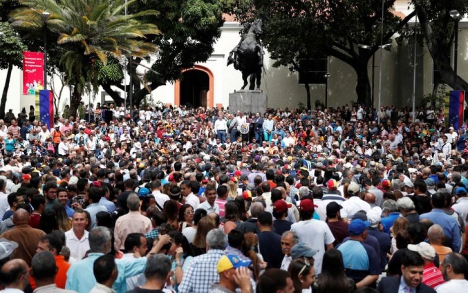 Una multitud aguarda la llegada de Guaidó a la plaza. / Reuters