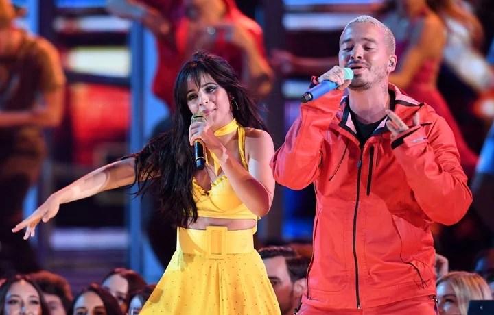 Camila Cabello y J Balvin. (Photo by Robyn Beck / AFP)