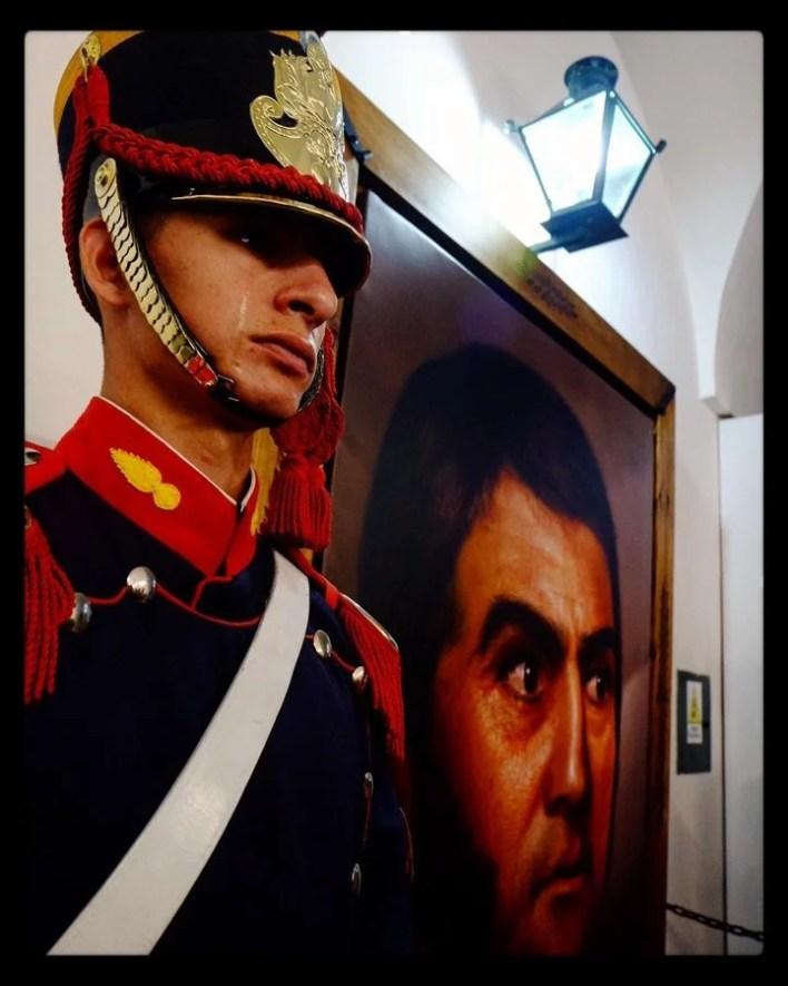 La foto que le sacaron en San Lorenzo al granadero Darío Benítez cuando lloró de emoción por la inauguración del cuadro de Ghigliazza, el 3 de febrero pasado.