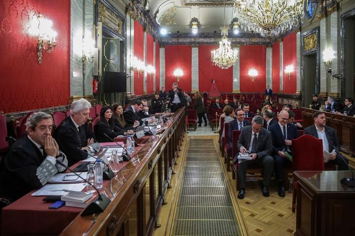 Los fiscales a la izquierda y los procesados a la derecha (EFE).