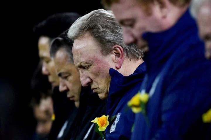 Neil Warnock, DT del Cardiff City, en uno de los homenajes en la memoria de Emiliano Sala. Foto: Reuters