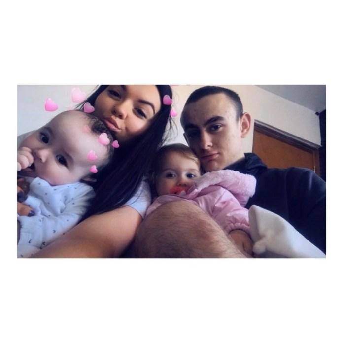 Emmalouise, junto a su novio y sus hijas.