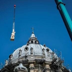 Las 16 estatuas de la Catedral de Notre Dame de Paris, los doce apóstoles y los cuatro evangelistas, bajan a tierra por primera vez en más de un siglo