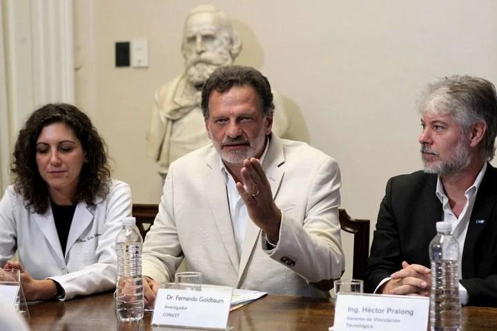 La médica Paula Scibona, el investigador Fernando Goldbaum y Héctor Pralong, gerente de Vinculación Tecnológica del CONICET durante el anuncio. EFE/ María Paulina Rodíguez