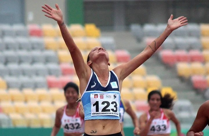 Florencia Borelli festeja al llegar a la meta como campeona sudamericana de los 5.000 metros. Foto: Consudatle