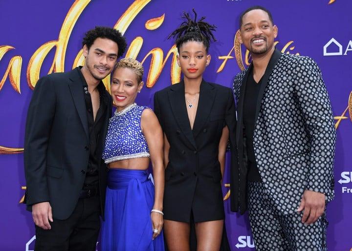 Parte de la familia Smith en  Hollywood.  Trey, Jada Pinkett, Willow y Will posan juntos. Jada conduce junto a su hija un programa en Facebook Watch. Foto/ AFP