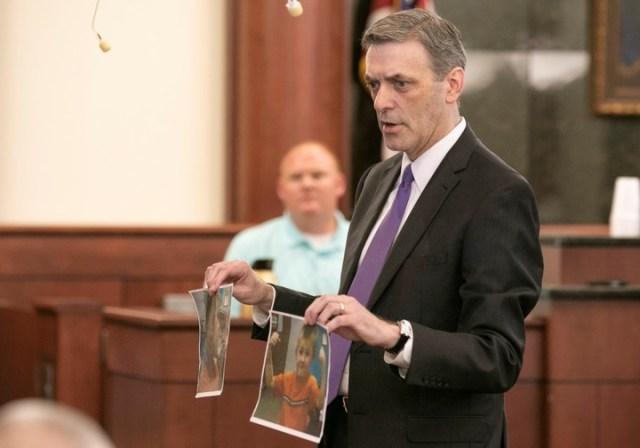 El fiscal Rick Hubbard le muestra al jurado fotos de Nahtahn Jones, uno de los niños asesinados. (AP)