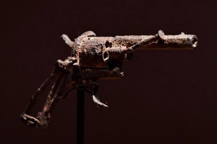 Vista del revólver de 7mm que presuntamente usó el pintor holandés Vincent van Gogh para suicidarse (EFE).