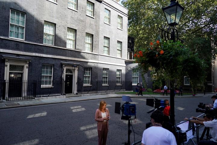 La prensa espera en Downing St este miércoles. (EFE)
