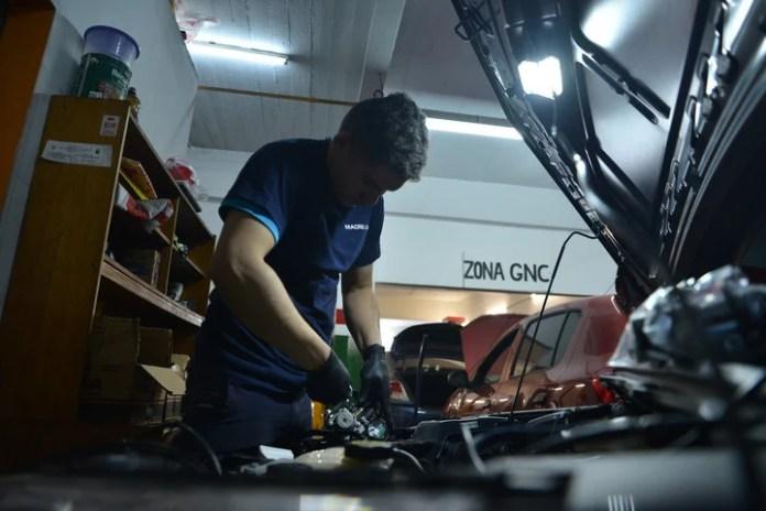 Un operario trabaja este jueves en la instalación de un equipo de GNC, en un taller de Villa Urquiza. (Foto: Federico Imas)