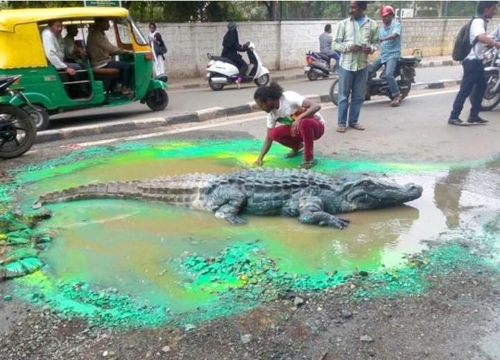 En 2015, frustrado por la falta de acción de las autoridades locales, esculpió un cocodrilo de tamaño natural en el bache de una carretera (Facebook).