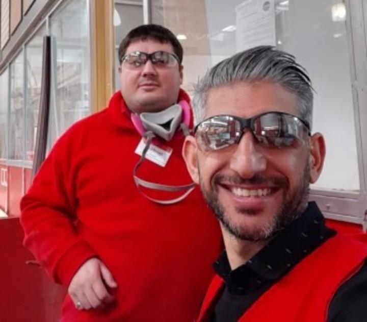 Jonatan Ezequiel Sagardoy (detrás), junto a un compañero de trabajo de la cadena Easy.