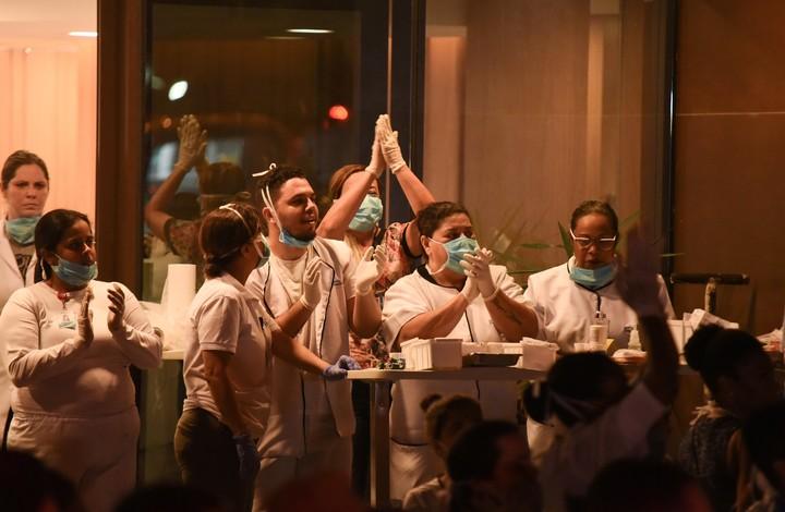 Enfermeros celebran el rescate de pacientes./ dpa